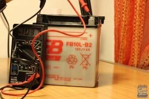 como cargar una bateria de moto - medir tension