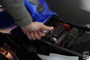 como cargar una bateria de moto - desconecta el polo negativo