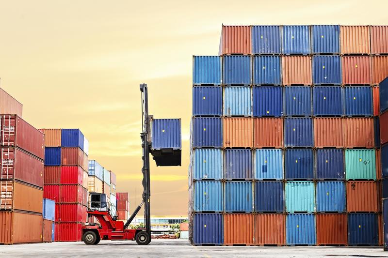 Guía definitiva para comprar coche en canarias: Carga de contenedores